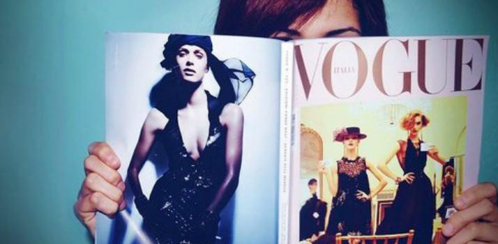 Девушка читает журнал Vogue