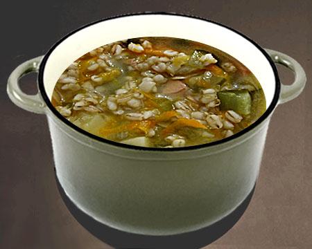 Суп рассольник с колбасой в кастрюле