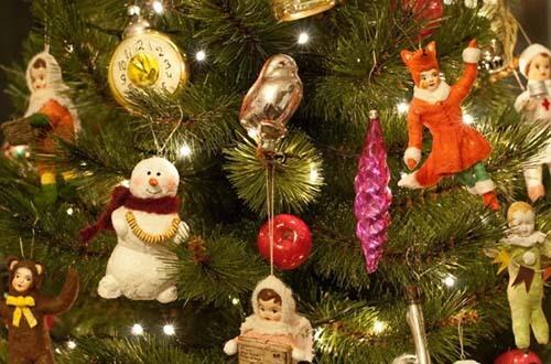 Елочные игрушки на новогодней елке
