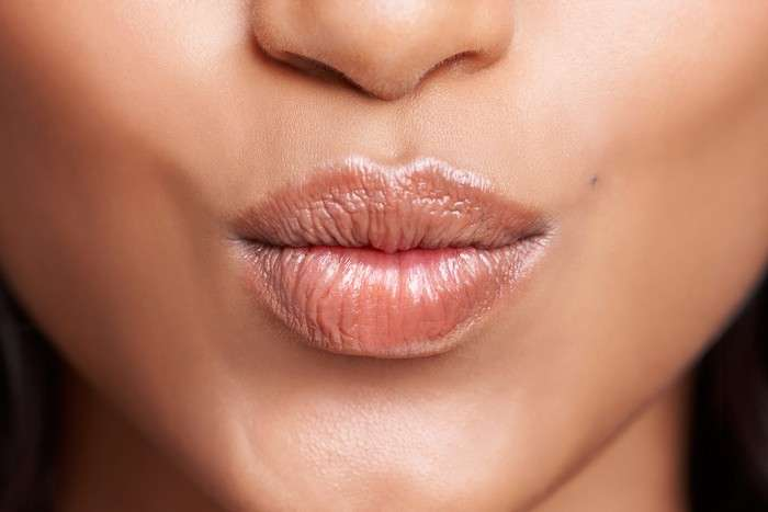 Как сделать губы больше с помощью косметики?