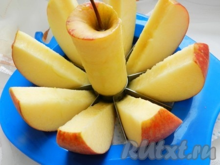 Яблоки порезать крупными дольками, вырезать середину.