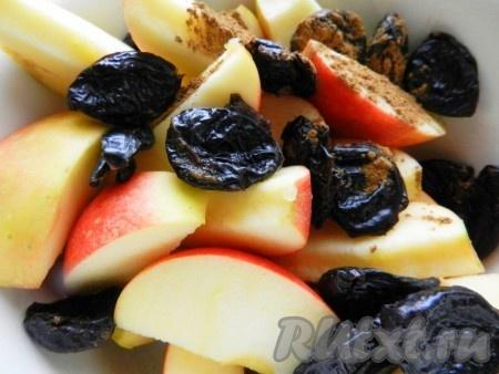 Чернослив промыть горячей водой, корицу перемолоть. Смешать яблоки, чернослив и корицу в широкой миске.