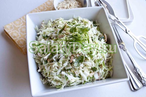 Салат из сельдерея с сыром, яблоком и зеленым горошком