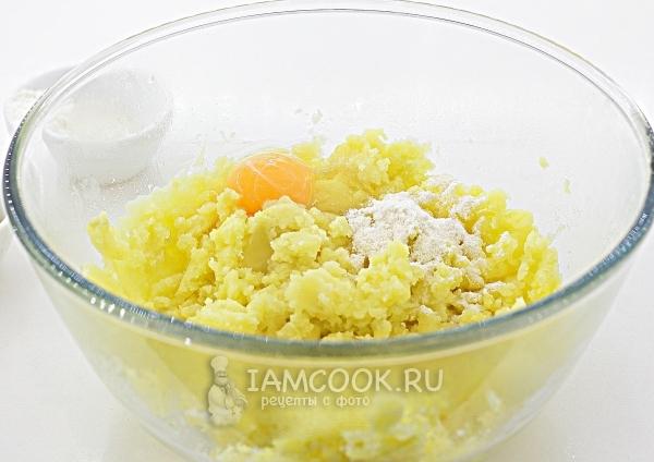 Смешать картофель с яйцом и мукой