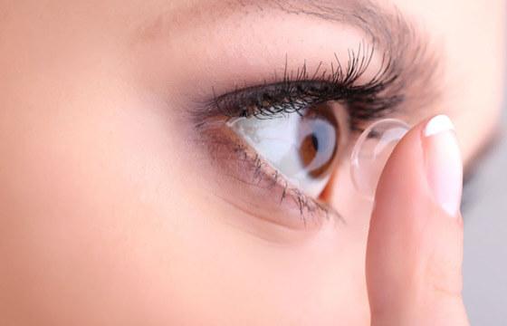 нарощенные ресницы и контактные линзы